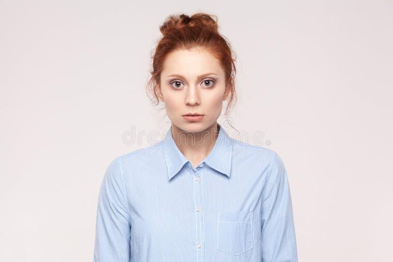 不快乐和好的沮丧的妇女画象有姜头发fe的 库存照片