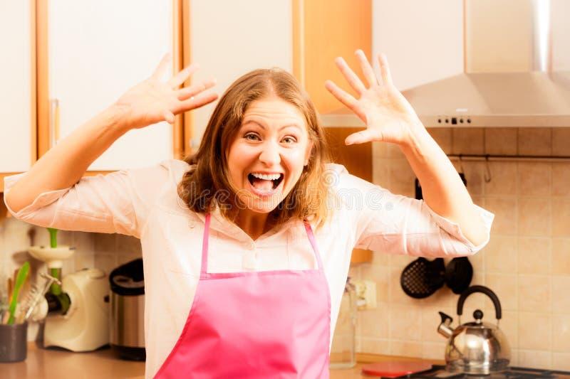 不快乐的主妇在厨房里 库存图片