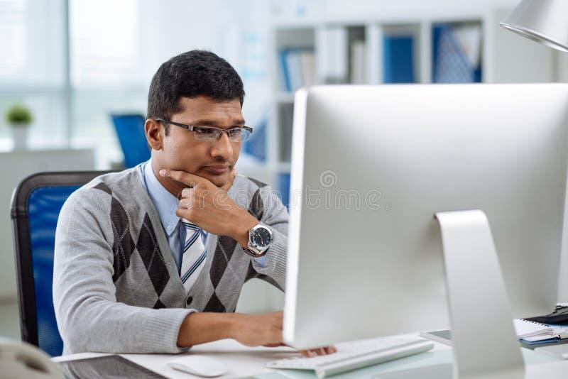 不快乐的印地安程序员 免版税库存照片