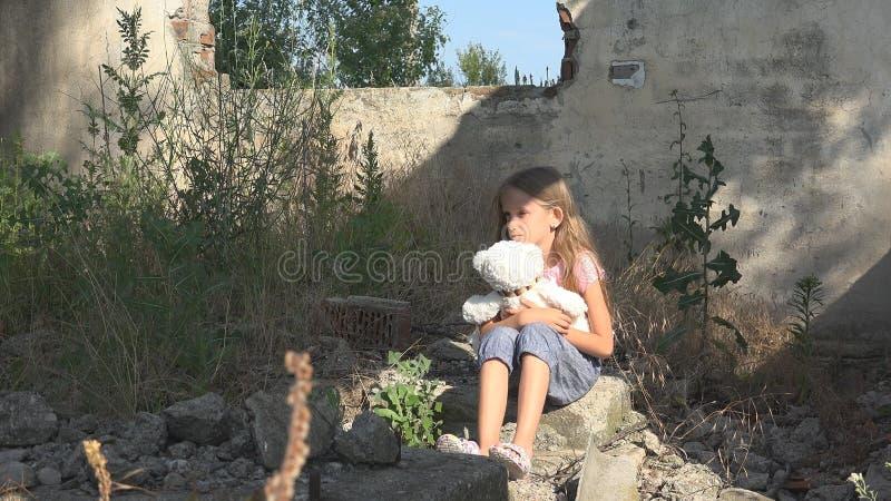 不快乐的哀伤的孩子,被抛弃的孩子在被拆毁的议院,无家可归的女孩孩子里 免版税库存照片