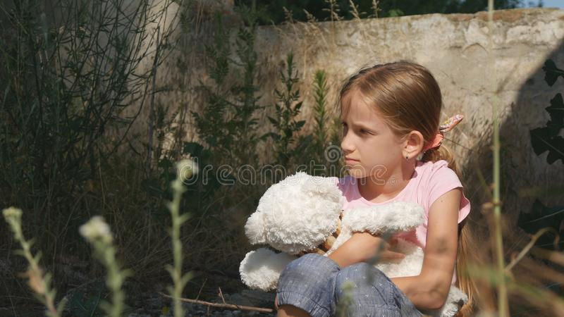不快乐的哀伤的孩子,被抛弃的孩子在被拆毁的议院,无家可归的女孩孩子里 库存照片