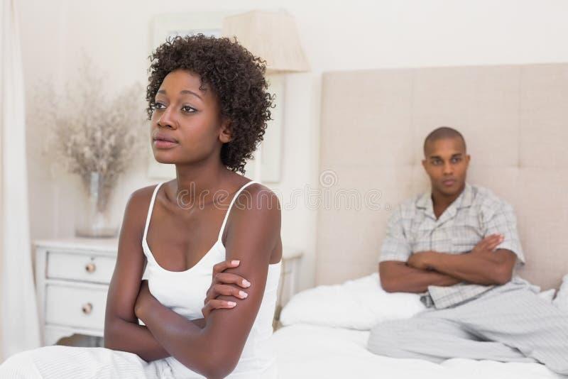 不快乐的夫妇不互相发表演讲关于床 库存图片