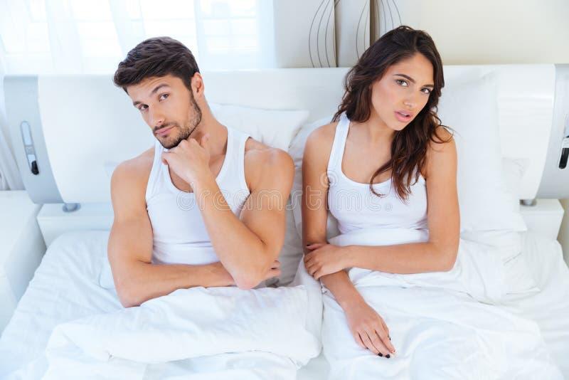 不快乐的夫妇不谈话在一个论据以后在床上 库存图片