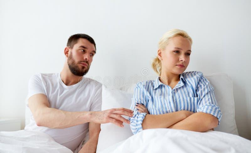 不快乐的夫妇有冲突在床在家 图库摄影