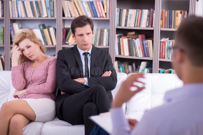 不快乐的夫妇谈话与心理学家和 免版税图库摄影