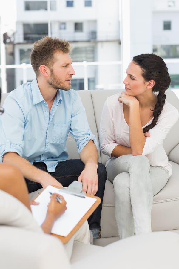 不快乐的夫妇谈话在疗期 免版税库存图片