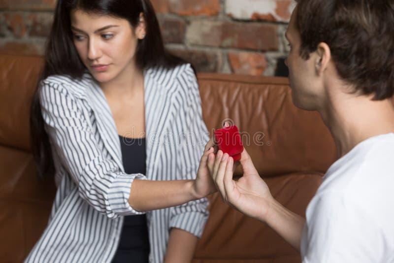 不快乐的女孩拒绝对男朋友结婚提议  库存图片