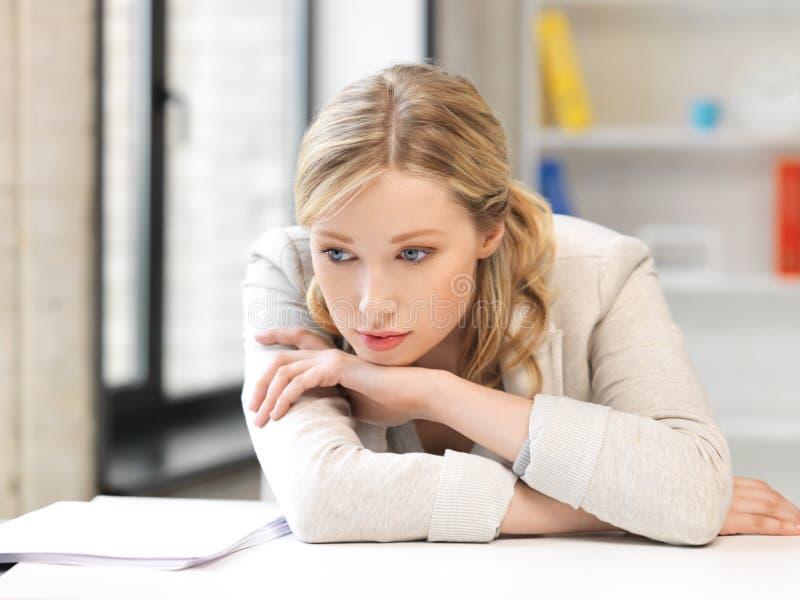 不快乐的妇女在办公室 免版税库存照片