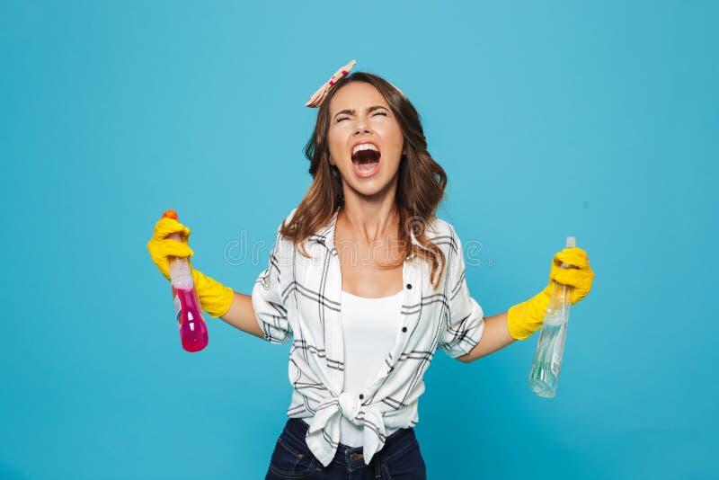 不快乐的妇女20s图象特写镜头黄色橡胶手套的h的 免版税库存照片