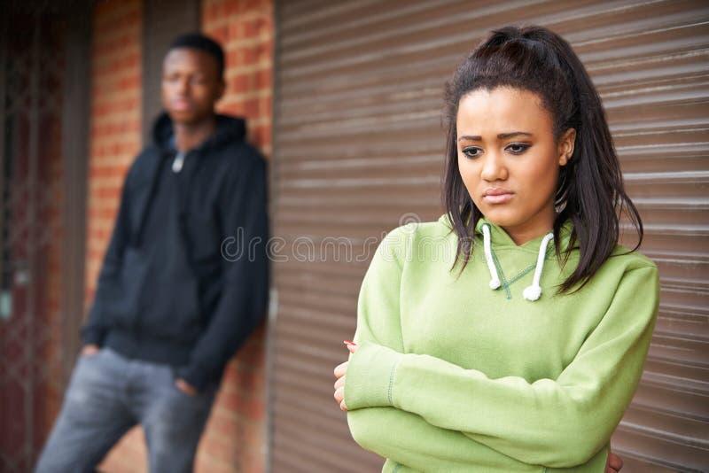 不快乐的少年夫妇画象在城市布局的 免版税库存照片
