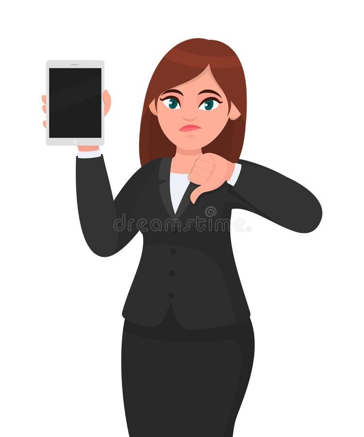 不快乐的年轻女商人陈列或拿着一台全新的数字片剂计算机和做或者打手势在标志下的拇指 皇族释放例证