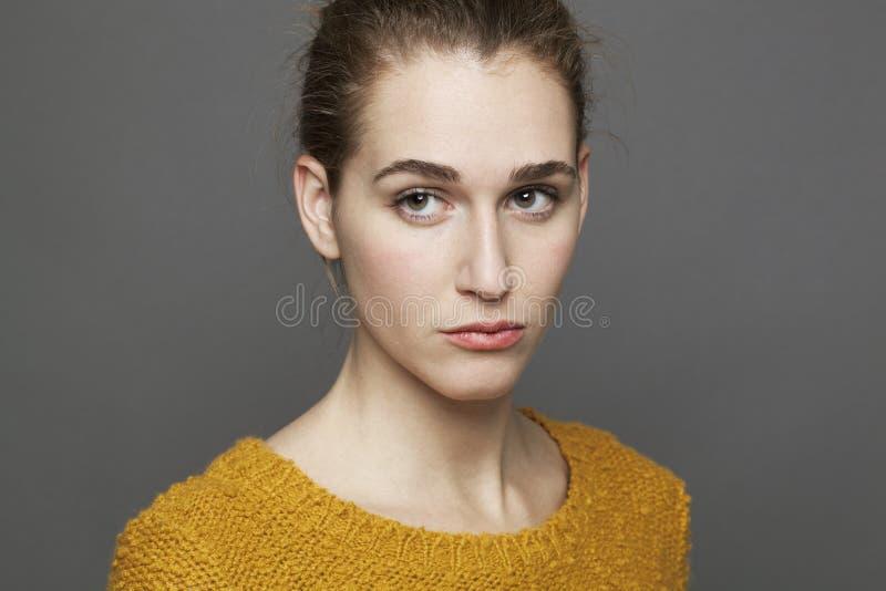 不快乐的美丽的女孩的消极感觉概念 免版税库存照片