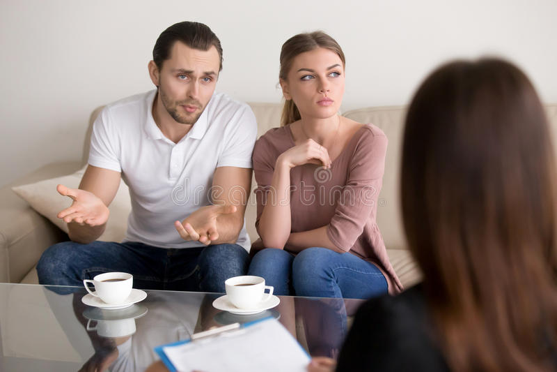 不快乐的年轻家庭加上在offic的心理学家的一个问题 免版税库存照片
