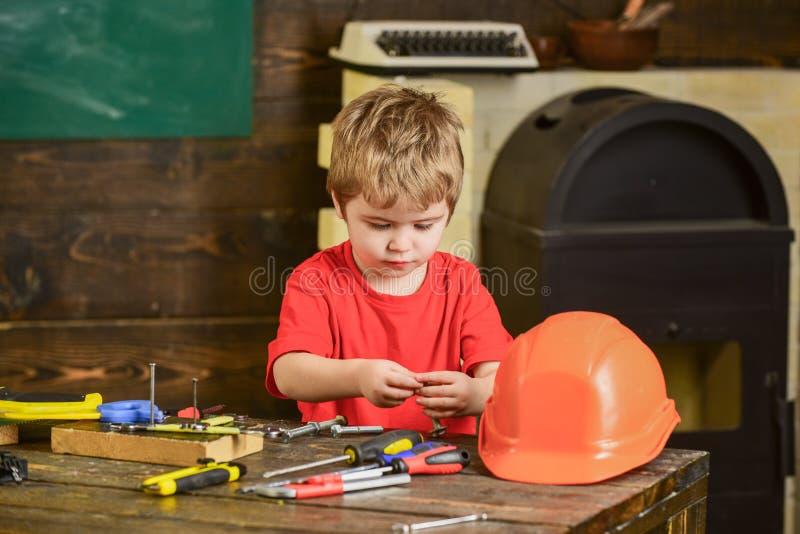 不拘形式的教育概念,学会通过比赛 使用与工具的孩子 男孩与小细节一起使用 免版税库存照片