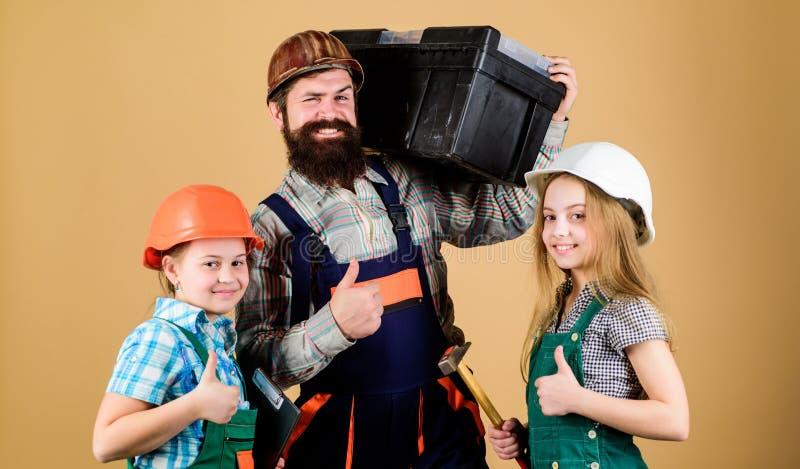 不拘形式的教育 r 姐妹帮助父亲建造者 我们的爸爸有纯熟手指 家庭整修 创造室 免版税库存图片