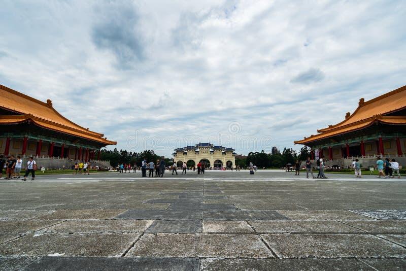 不明身份的人民在台北,台湾参观了中正纪念堂自由广场  与普遍的著名地标 图库摄影