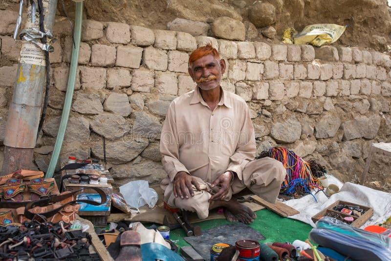 不明身份的印度鞋匠的画象在莱赫,拉达克,印度街道上的  库存图片