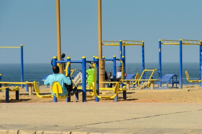 不明身份的塞内加尔人民坐物理教练员whi 库存照片