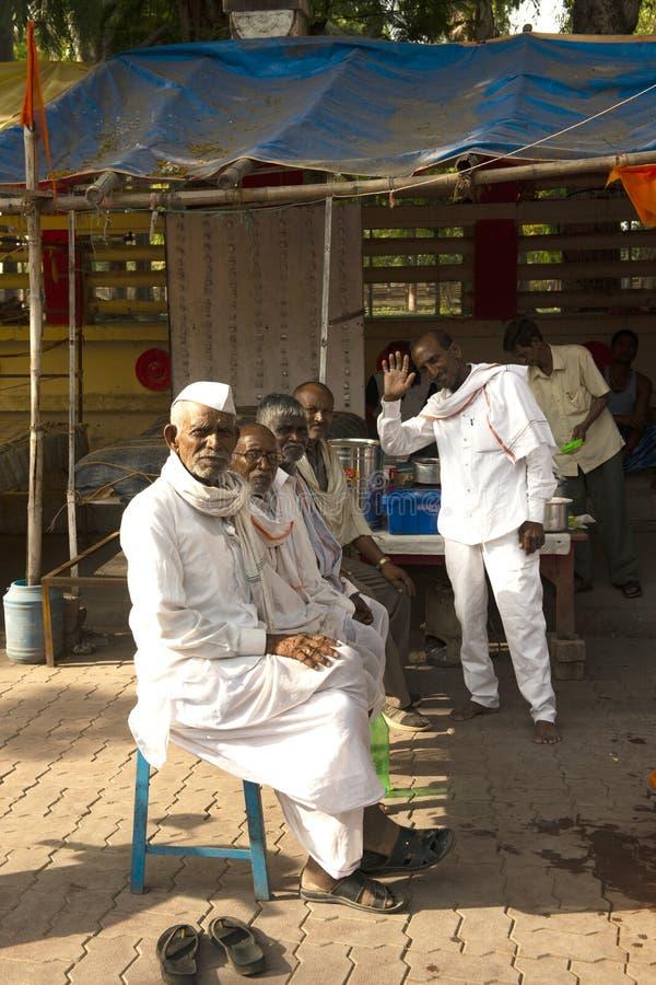 不明身份的愉快的印度乡下人画象他们的村庄的在早晨,在农村的每日生活方式 免版税库存照片
