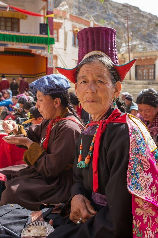 不明身份的ladakhi妇女画象传统lamayuru礼服的在佛教节日期间在Lamayuru Gompa修道院,拉达克里, 免版税库存图片
