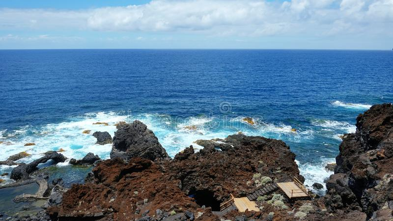 不显眼的入口到偏僻的查科阿苏尔峰火山的洞,耶罗岛,加那利群岛,西班牙里 库存图片