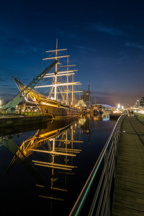 不来梅哈芬海滨城市在晚上 免版税库存照片