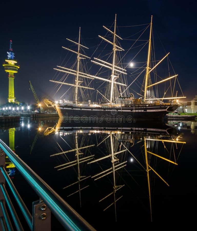 不来梅哈芬海滨城市在晚上 库存照片