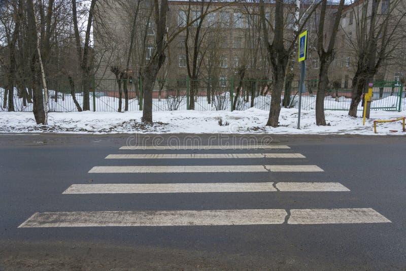 不正确地被设计的行人交叉路,基于雪漂泊 库存照片
