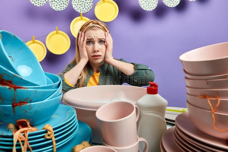 不满意的年轻白肤金发的妇女表现出哀伤的情感 免版税库存照片