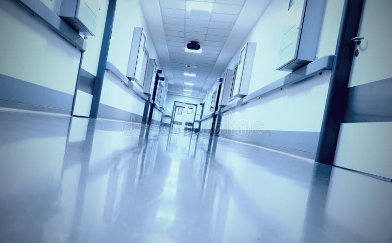 不祥,令人毛骨悚然的走廊在医院 免版税库存照片