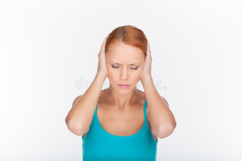 不能再听见它。盖耳朵的美丽的少妇由Th 免版税库存照片