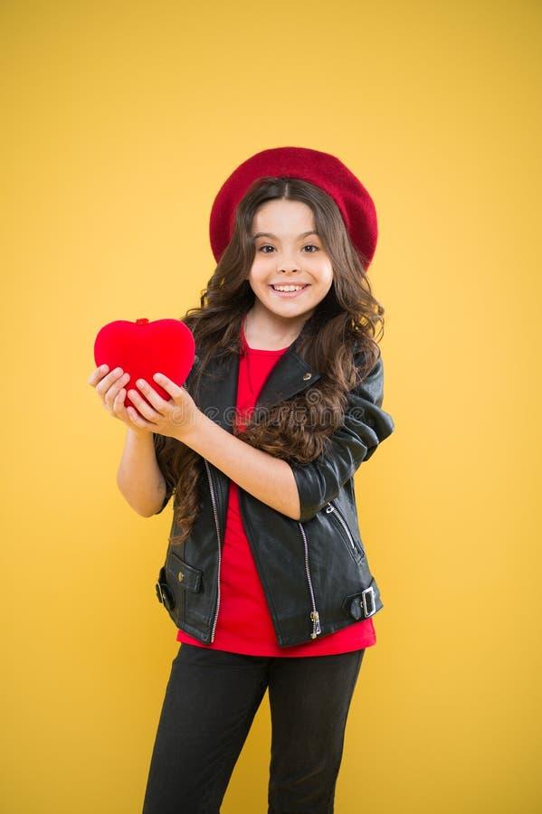 不要使用与我的心脏 r 假日装饰 爱概念 女孩逗人喜爱的儿童展示心脏玩具 ?? 免版税库存照片