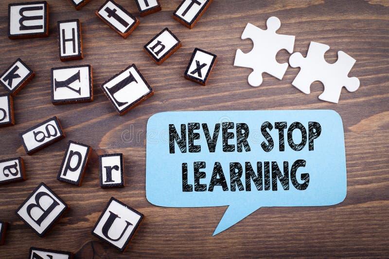 不要停止学会概念 在黑暗的织地不很细木背景的讲话泡影 图库摄影