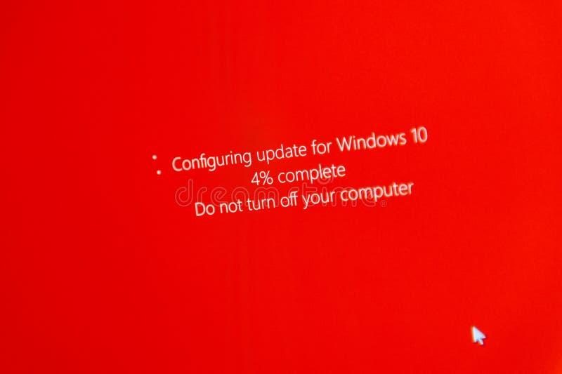 不要关闭您的计算机在配置Windows期间10 Upgr 库存照片