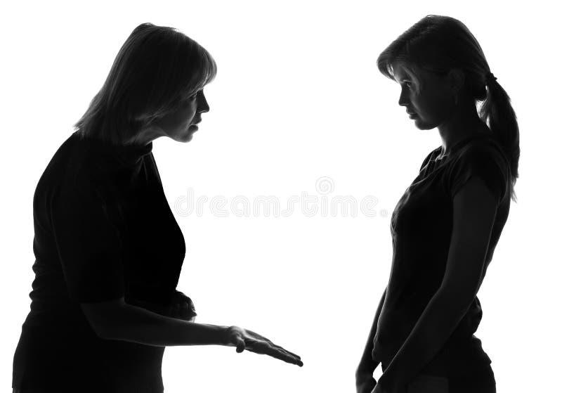 不要听母亲的词一个任性的女儿的黑白剪影 免版税图库摄影
