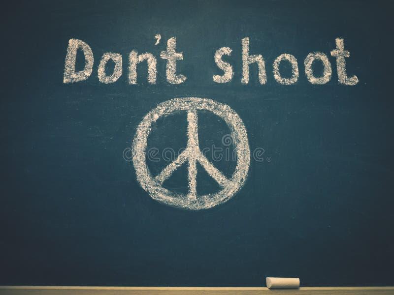 不要射击,并且和平的标志在校务委员会被写 库存照片