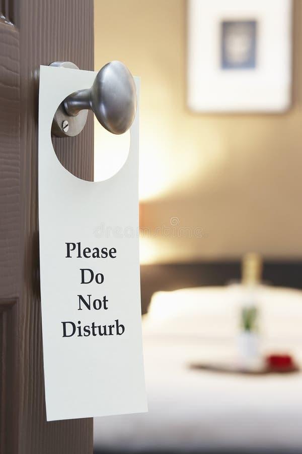不要干扰在旅馆客房的门的标志 免版税库存照片