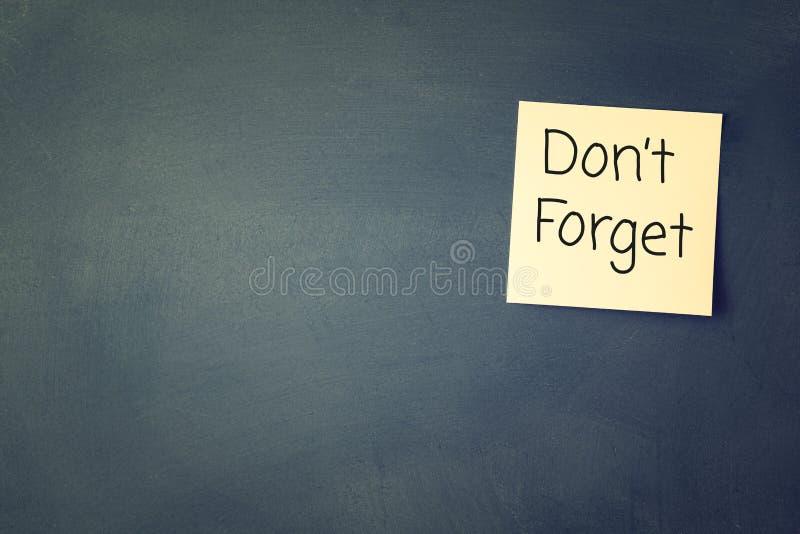 不要忘记提示,写在稠粘的备忘录 库存照片