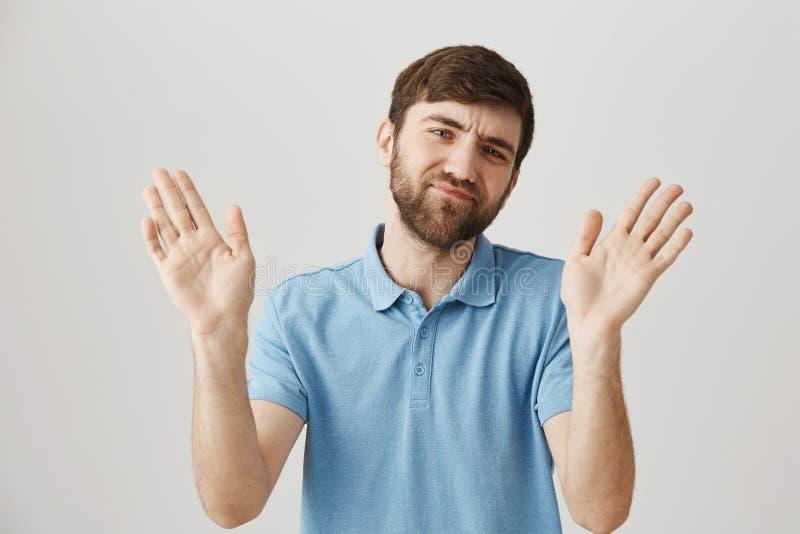 不要打扰我与这样建议 站立与上升的无印记的懊恼白种人有胡子的人室内射击  库存照片