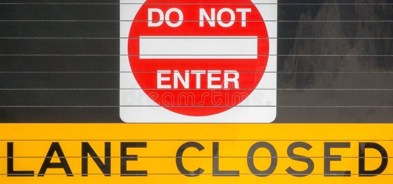 不要进入-车道被关闭的标志 库存照片