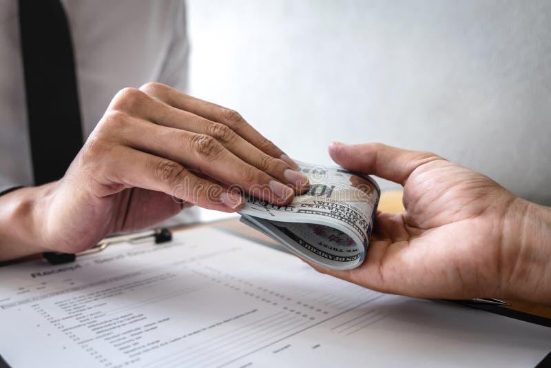 不诚实欺诈在企业非法金钱,商人收到贿款金钱给商人给成功成交合同 免版税库存图片