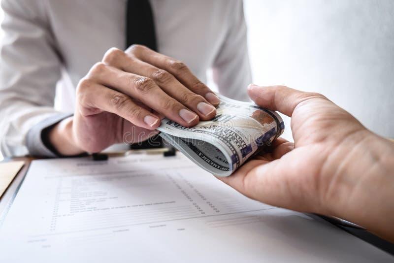 不诚实欺诈在企业非法金钱,商人收到贿款金钱给商人给成功成交合同 库存图片
