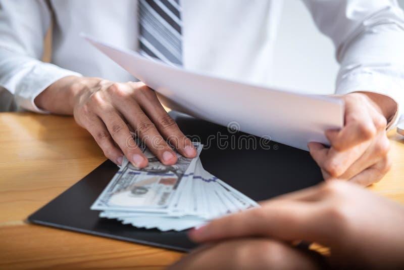 不诚实欺诈在企业非法金钱,给在商人的商人贿款金钱给成功成交合同 免版税图库摄影