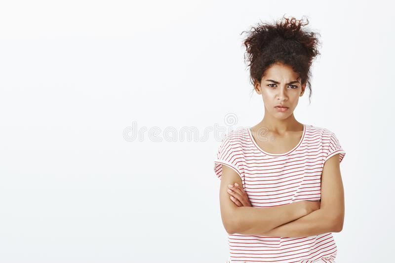 不谈话与您,除非听见道歉 生气的逗人喜爱的深色皮肤的妇女画象镶边T恤杉的,握手 免版税库存照片
