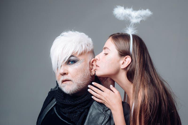 不象多数人民 耦合爱 女同性恋的妇女亲吻变性人 男人和妇女异性爱夫妇  图库摄影