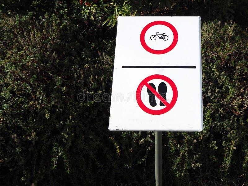 不走这里,循环 禁令旅团灼烧的耕种熄灭火消防队员开放禁止冲的符号对木头 向量例证