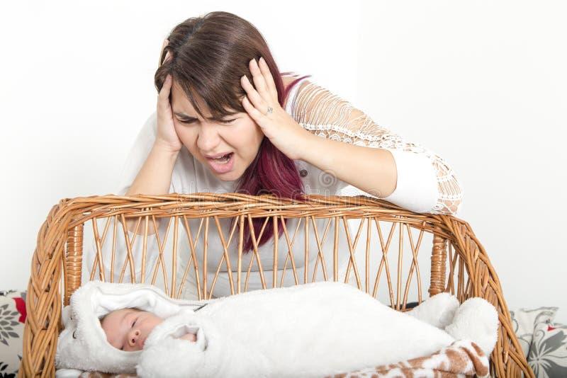 不足的睡眠,由于婴孩哭泣 库存图片