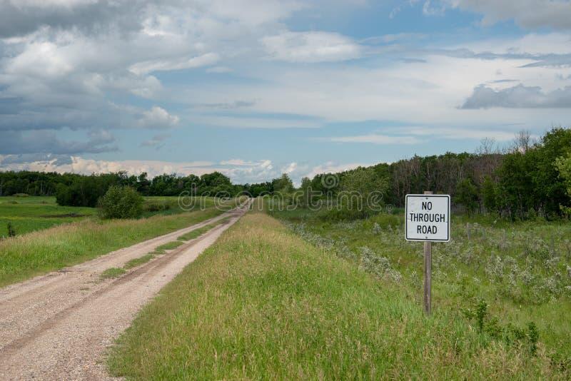 不通过的路标,乡下公路,萨斯喀彻温省,加拿大 图库摄影