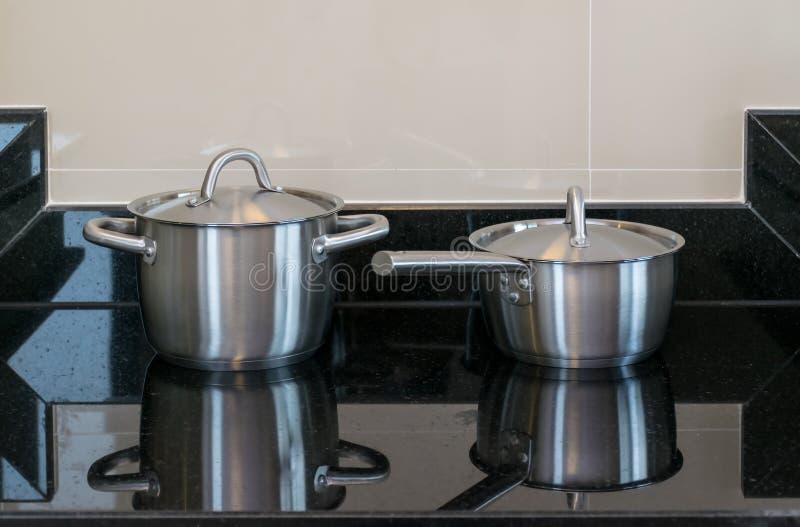 不锈的罐在现代厨房里 图库摄影