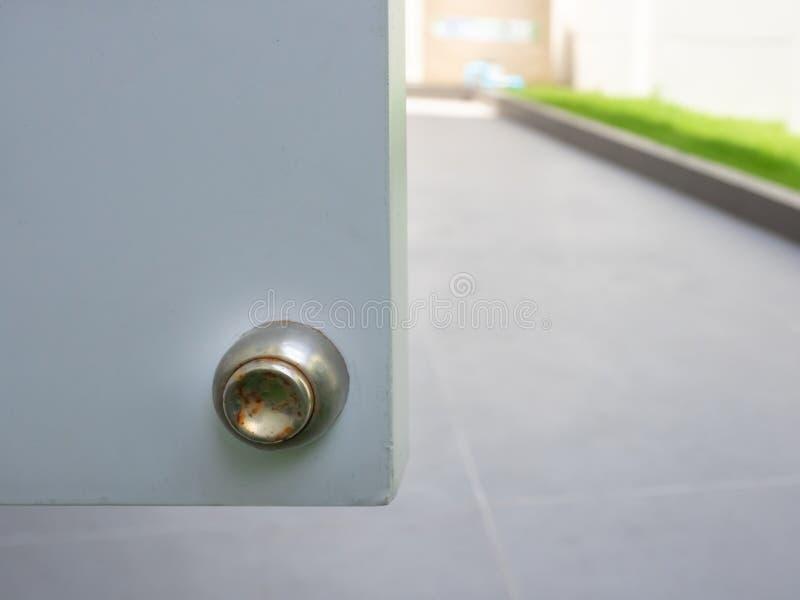 不锈磁性门塞、门塞周围有锈的缺陷、室外区 图库摄影